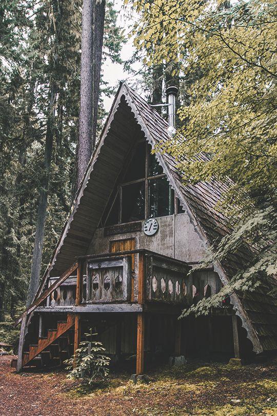Дом шалаш с балконом